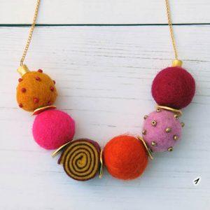 שרשרת עגילי צמר במגוון צבעים
