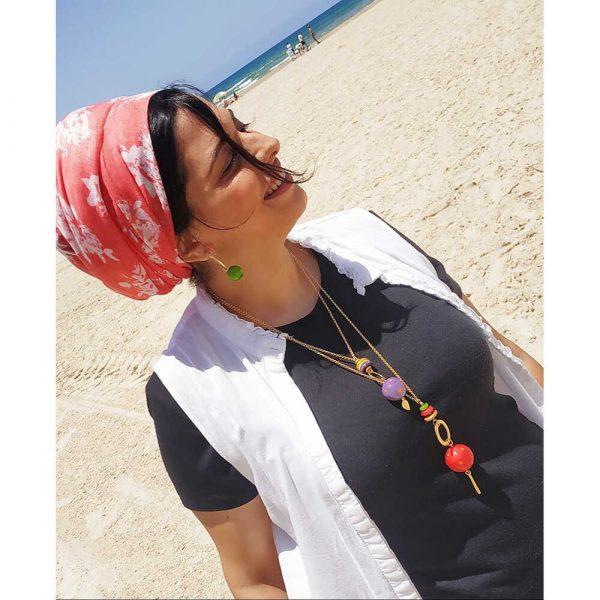 דוגמנית לובשת שרשראות פורצלן קר דגם סולו L